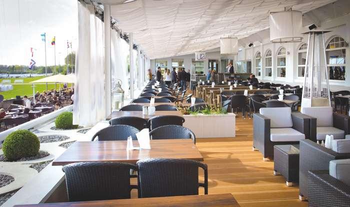 Terrasse mit Elbblick der Hochzeitslocation Das Neue Schulauer Fährhaus an der Elbe.