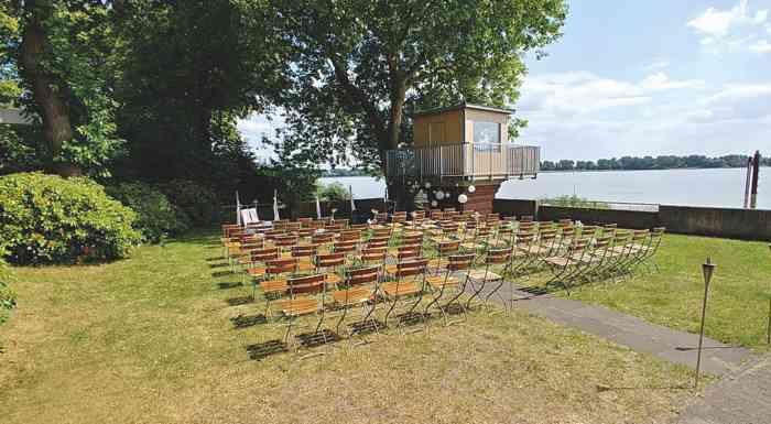Garten mit Trauzeremonie der Hochzeitslocation Das Neue Schulauer Fährhaus an der Elbe.