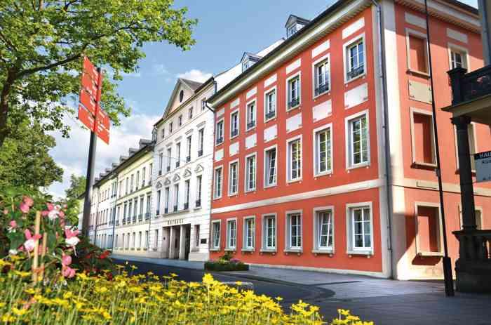 Das Standesamt Bonn führt Trauungen auf Wunsch im Rathaus Bad Godesberg durch. Der Trauraum bietet ca. 40 Personen Platz und hat Sitzplätze für 20 Gäste.