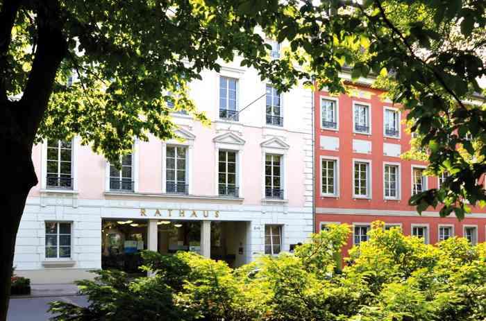 Das Rathaus Bad Godesberg ist offizielle Traustelle des Standesamt Bonn. DIe Anmeldung zur Eheschließung findet im Standesamt Bonn in der Stadthaus-Loggia statt.