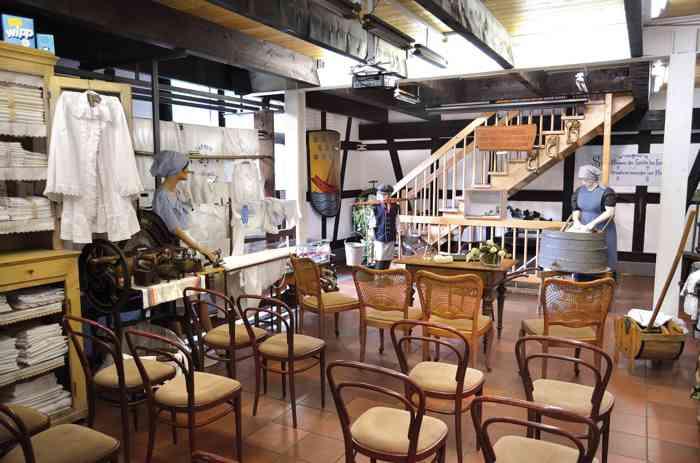Für standesamtliche Eheschließungen wird der Ausstellungsraum des Heimatmuseums Beuel wie im Standesamt bestuhlt. Es entstehen so 16 Sitzplätze und 30 Gäste finden im Raum Platz.