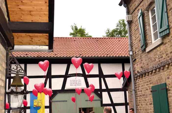 Im schönen Innenhof des Heimatmuseums Beuel kann nach der Eheschließung ein Sektempfang stattfinden.