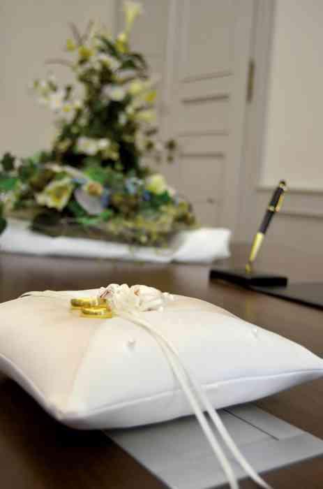 Das Ringkissen wird dem Brautleuten für die Eheschließung zur Verfügung gestellt.