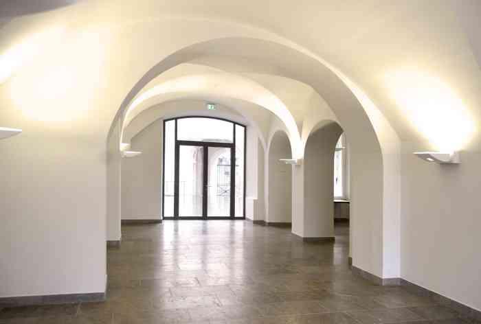 Nach der Trauung stehen dem Hochzeitspaar die Gewölbe im Erdgeschoss mit anliegendem Innenhof zum feierlichen Sektempfang zur Verfügung.