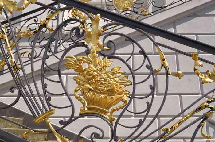Die Ornamente am Geländer der großen Freitreppe des Alten Rathauses Bonnsind mit Blattgold belegt.