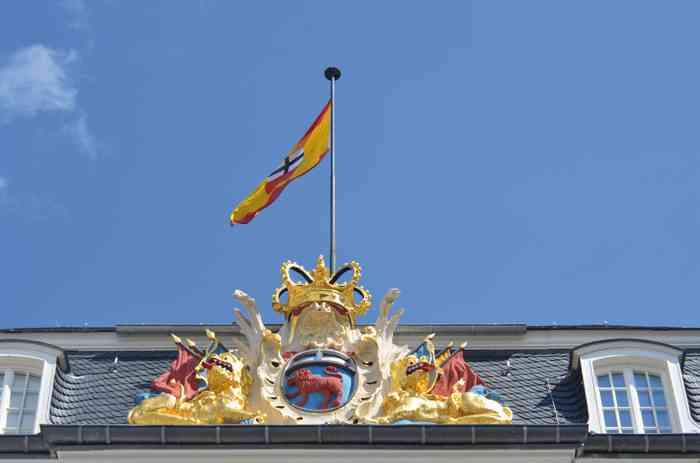 In leuchtendem Glanz erstrahlen das Stadtwappen und die Krone an der Rathaus-Fassade.