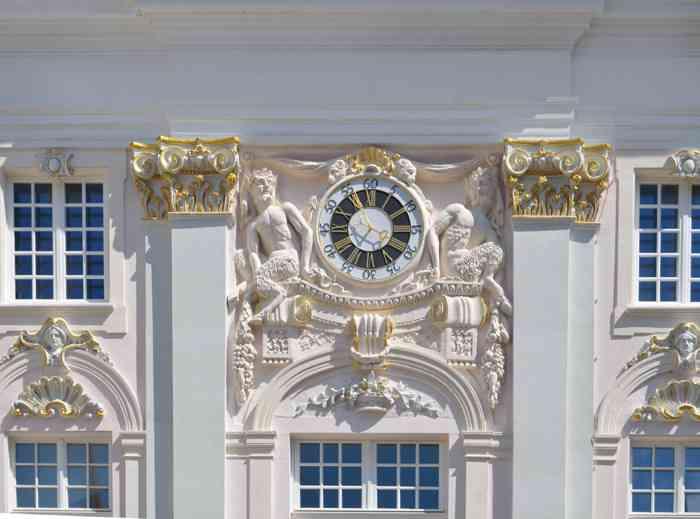 Prachtvolle Uhr an der Rathausfassade Bonn.