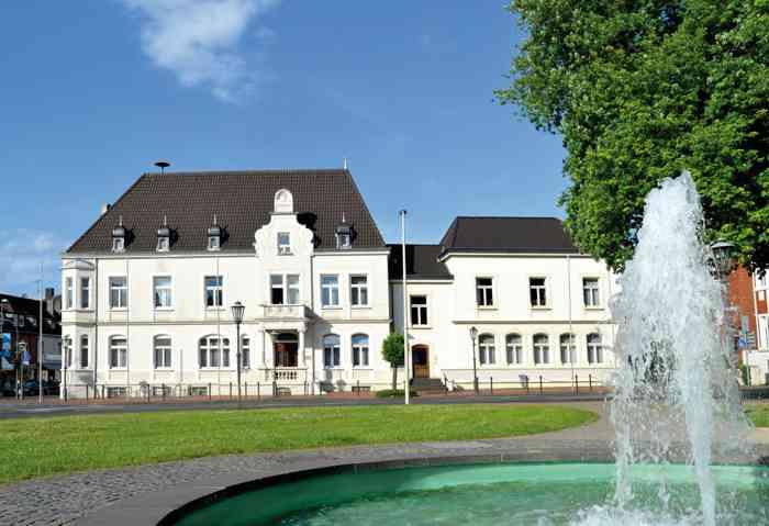 Das Standesamt Bonn führt Eheschließungen an festgelegten Freitagen im Rathaus Hardtberg durch. Der Trauraum bietet 40 Gästen Platz. 20 Sitzplätze stehen zur Verfügung. Die Anmeldung zur Eheschließung findet im Standesamt in der Stadthausloggia statt.