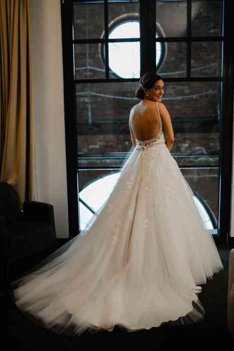 Braut vor großem Fenster