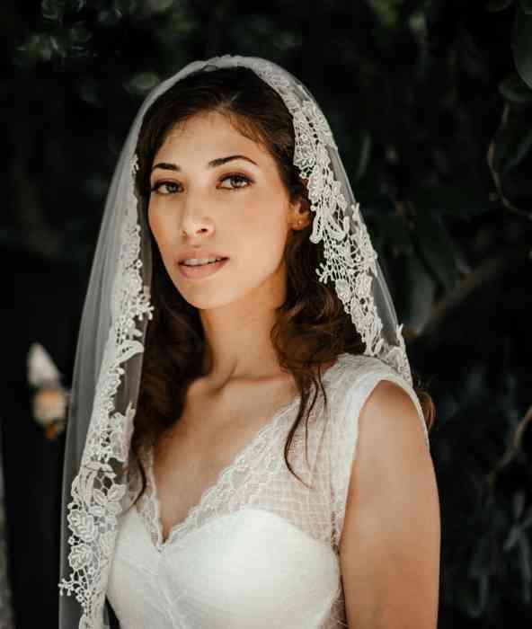 Braut mit dunklen Haaren und Schleier