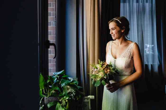 Braut steht am Fenster