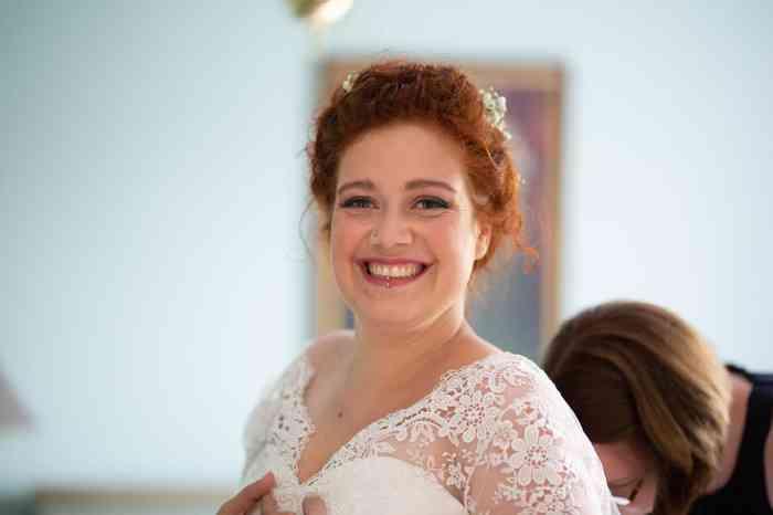 Strahlende Braut mit roten Haaren