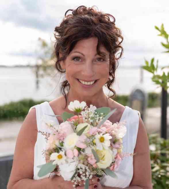 Braut mit Hochsteckfrisur und Brautstrauß