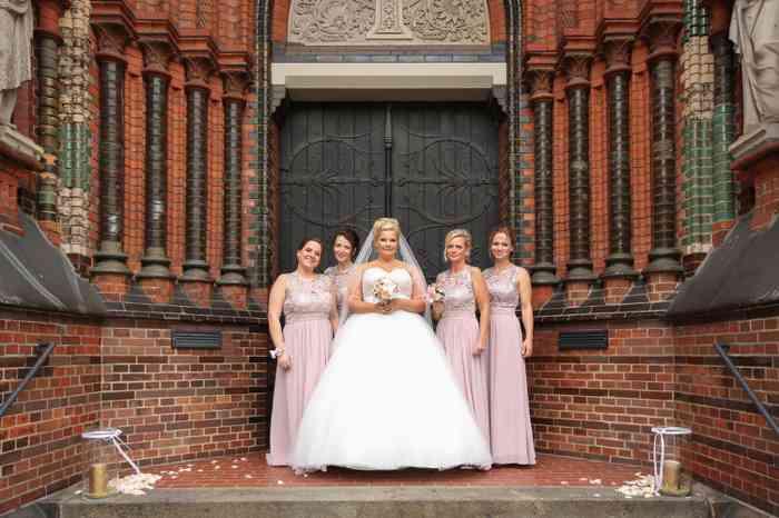 Braut mit vier Brautjungfern vor Kirchentor