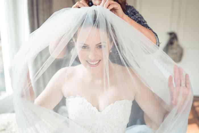 Braut mit großem Schleier vor dem Gesicht.