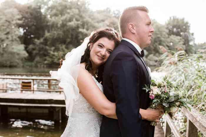 Braut lehnt sich an den Rücken Ihres Bräutigams.