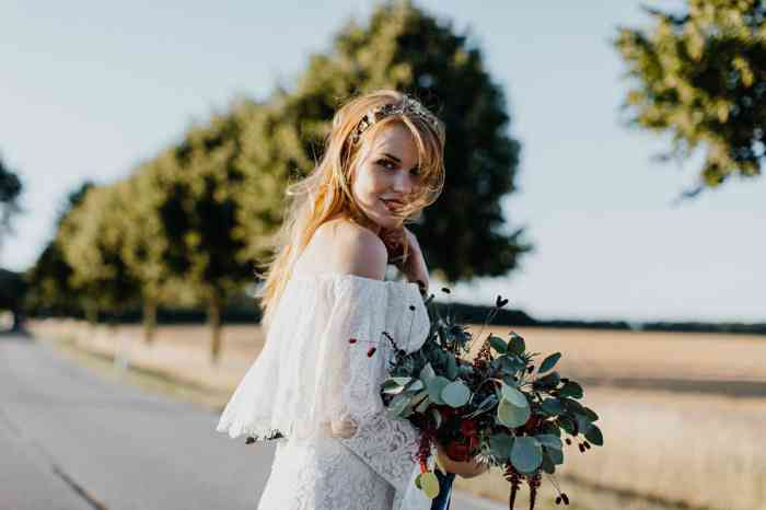Braut auf Allee mit großem Brautstrauß