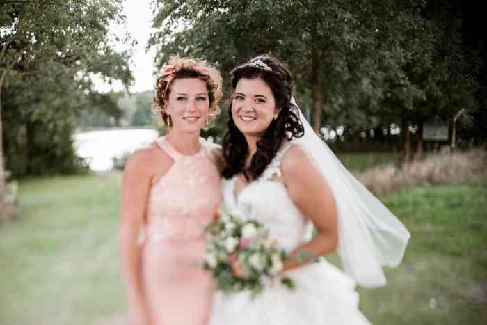 Trauzeugin und Braut