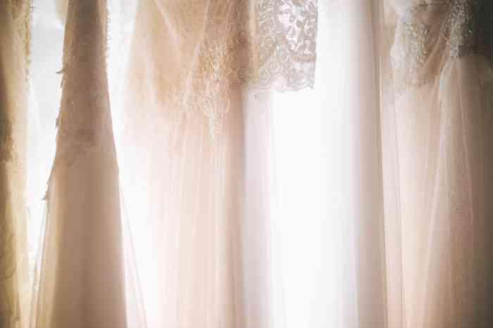 Farblich zwischen Schneeweiß und Elfenbein, gerne auch mit farbigen Akzenten bewegen sich die Brautkleider im Hochzeitshof Glaisin.
