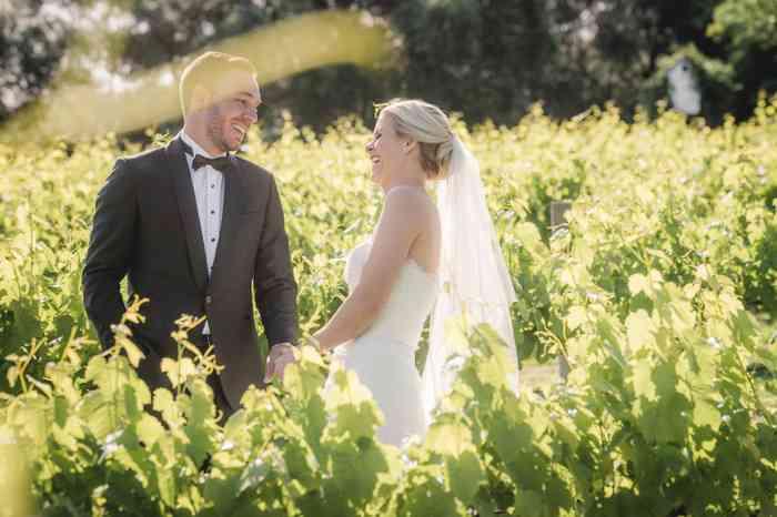 Jamie und Tom tragen auf Ihrer Hochzeit die Modelle aus dem Hochzeitshof Glaisin.
