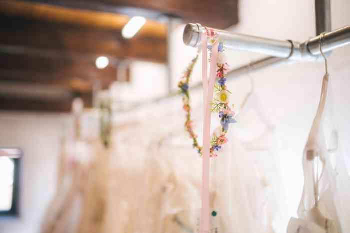 Im Hochzeitshof Glaisin empfiehlt man spätestens ein halbes Jahr vor der Hochzeit mit der Suche nach dem Brautkleid zu beginnen. Wenn eine andere Größe nachbestellt werden muss können es bis zu 4 Monate Lieferzeit sein, dann noch etwas Zeit für Anpassungen und schon ist die Hochzeit!