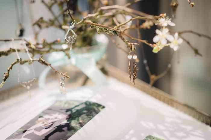 Details dürfen nicht fehlen. Zu den zarten, eleganten Brautkleidkreationen gehört der passende Schmuck.