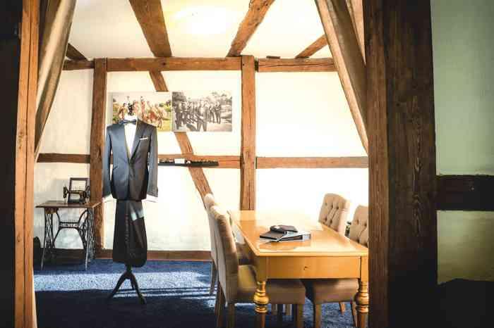 Ob Bräutigam oder Hochzeitsgast, für das Sommerfest oder den Galaabend findet Mann den besten Anzug im Hochzeitshof Glaisin.
