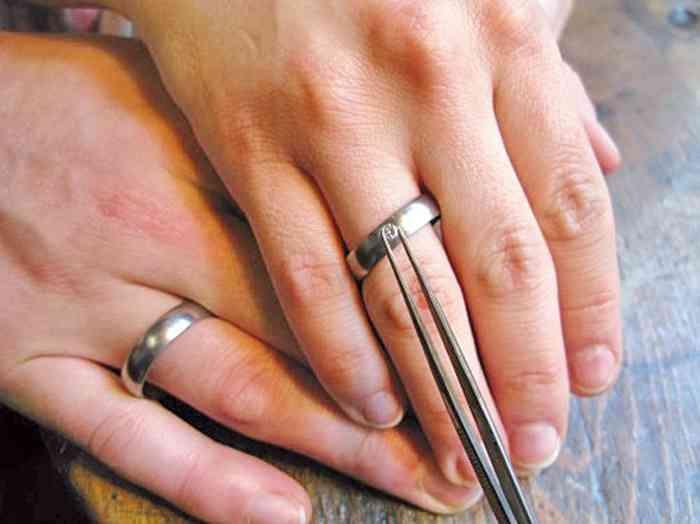 Von der Auswahl der Materialien, dem Kreieren des Designs, bis zum Gießen und Bearbeiten des Metalls mit Unterstützung eines Goldschmiedemeisters, sind die Brautpaare Teil des Prozesses.