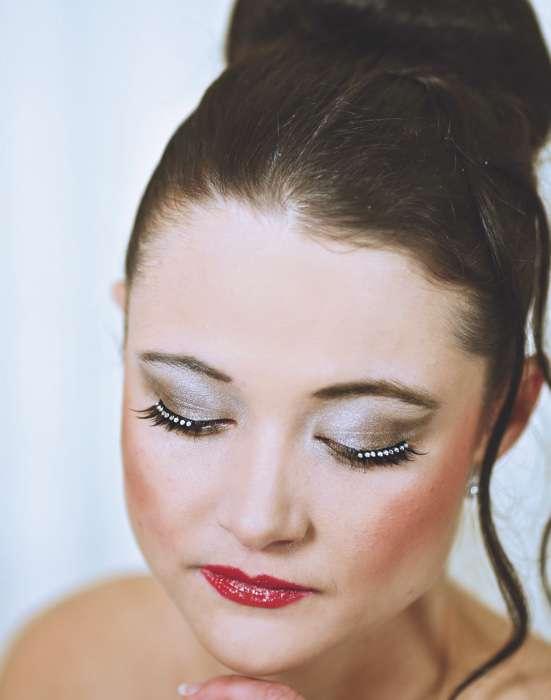 Augen-Make-up mit dichten Wimpern und Glitzer-Steinchen für die Braut.
