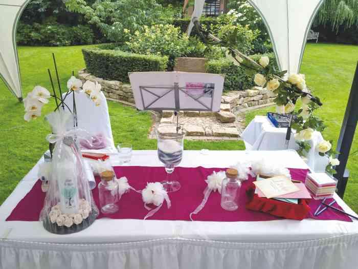 Anne Live Hochzeitssängerin Der Trautisch ist vorbereitet für die Trauzeremonie im Park