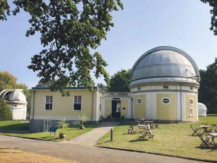 Hochzeitslocation Cafe Raum und Zeit im Gebäude des 1-m-Spiegelteleskopes.