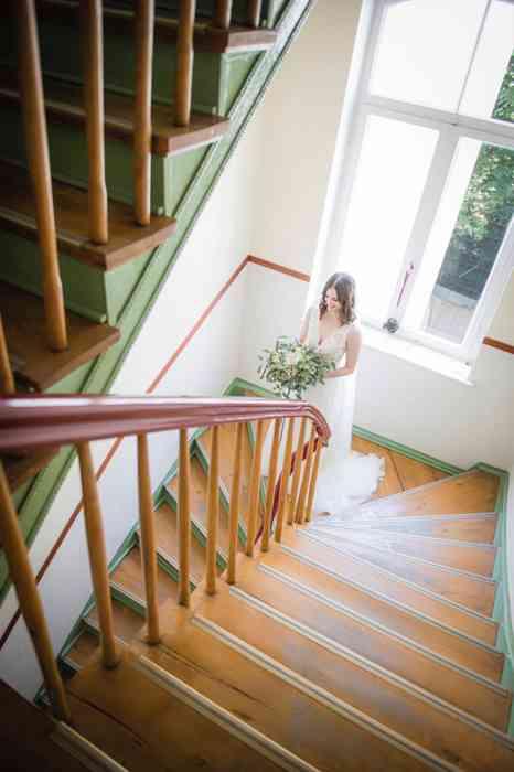 Hochzeitsreportage Braut schreitet die Treppe hinab
