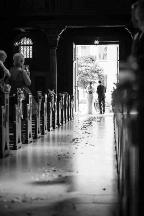 Hochzeitspaar beim Gang zum Altar in der St. Elisabeth Kirche in Hannover