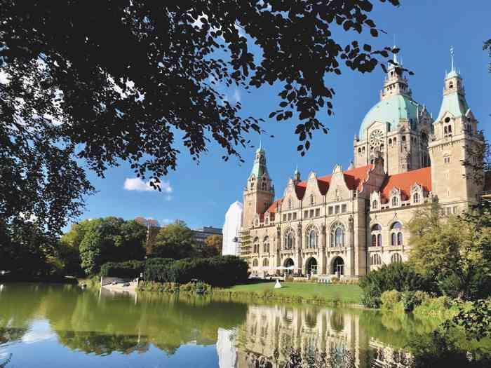 bf0d28b500084b Das Neue Rathaus am Maschsee in Hannover. Brautpaare nutzen es als Kulisse  für Hochzeitsbilder.