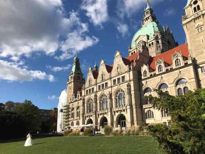 Außenansicht mit See und Brautpaar vom Neuen Rathaus Hannover.