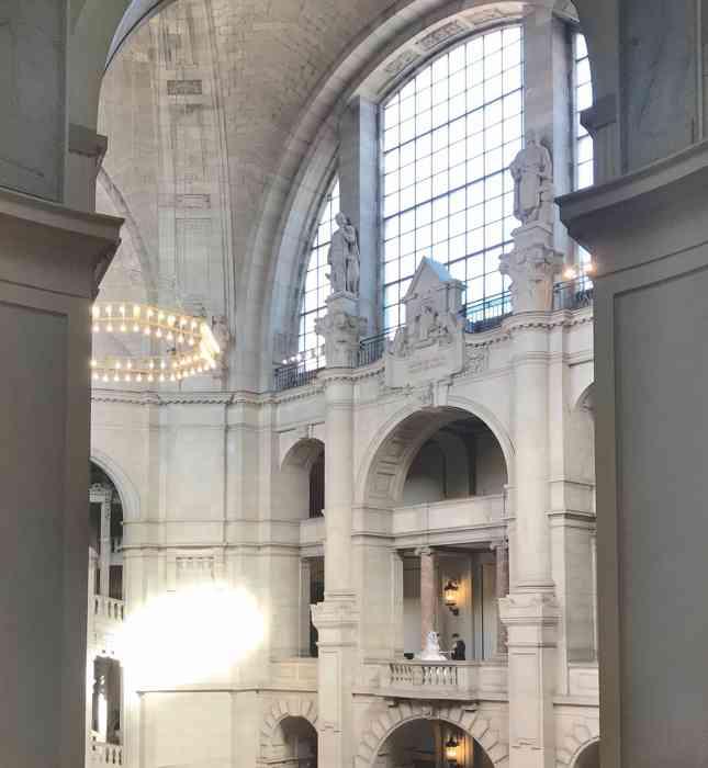 Große Halle im Neuen Rathaus Hannover mit Brautpaar.