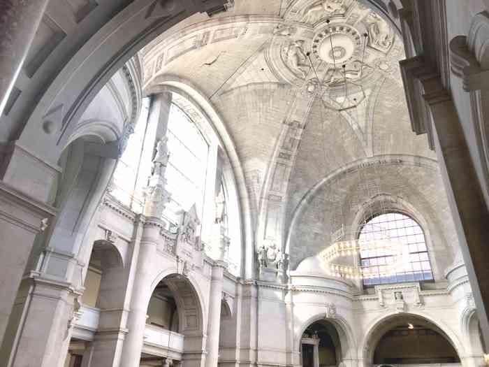 Große Halle mit Fenstern im Neuen Rathaus Hannover.