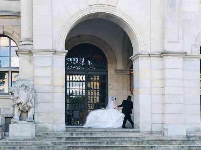Brautpaar vor dem Eingang Neues Rathaus Hannover.