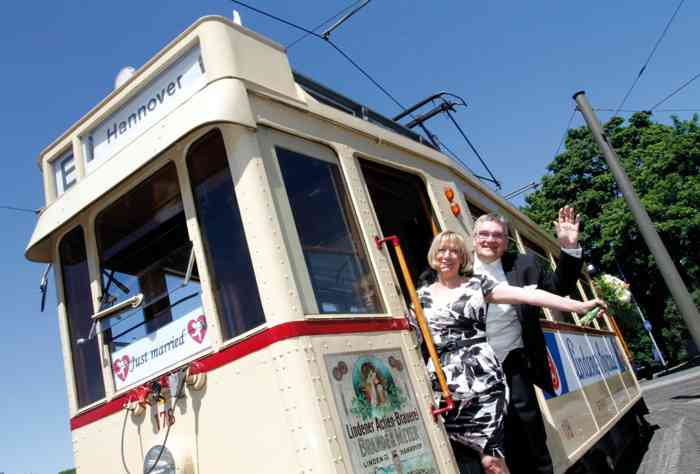 Hochzeitslocation historische Straßenbahn Hannover mit Hochzeitspaar.