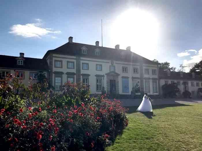 Braut vor dem Wilhelm-Busch-Museum im Gegenlicht in Hannover.