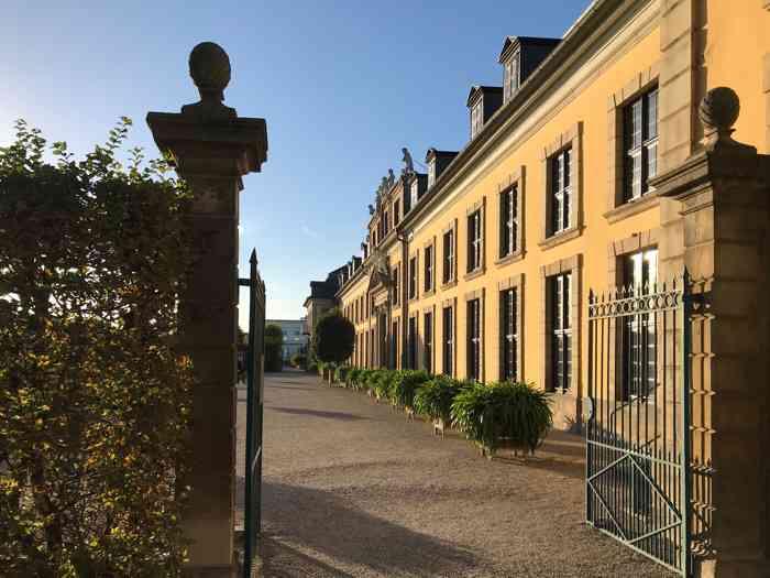 Eingang zum Garten des offiziellen Trauortes Standesamt Hannover, Galerie Herrenhausen mit Gebäude.