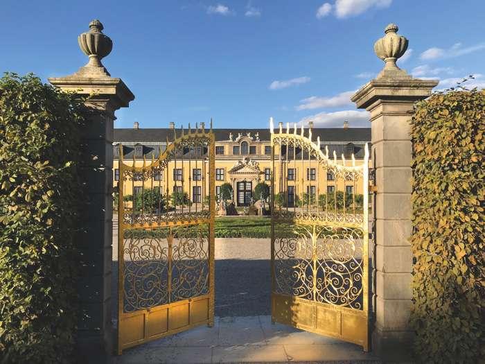 Goldenes Tor in den Herrenhäuser Gärten. Eingang zum offiziellen Trauort des Standesamtes Hannover dem Galeriegebäude Herrenhausen.