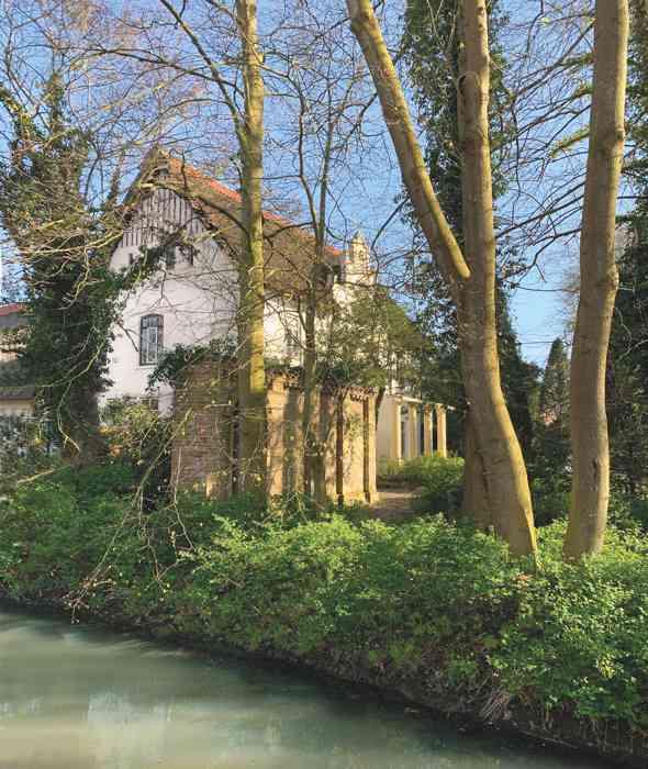 Hermann-Almers-Haus im Garten.
