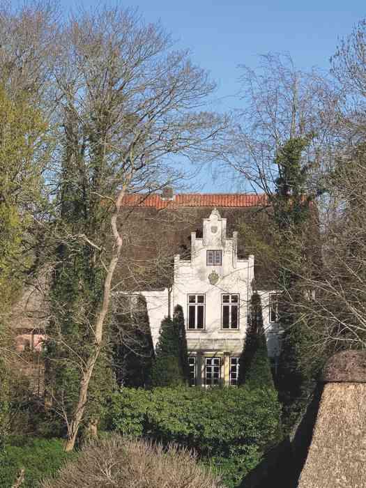 Des Herrmann-Allmers-Haus durch die Zypressenallee.
