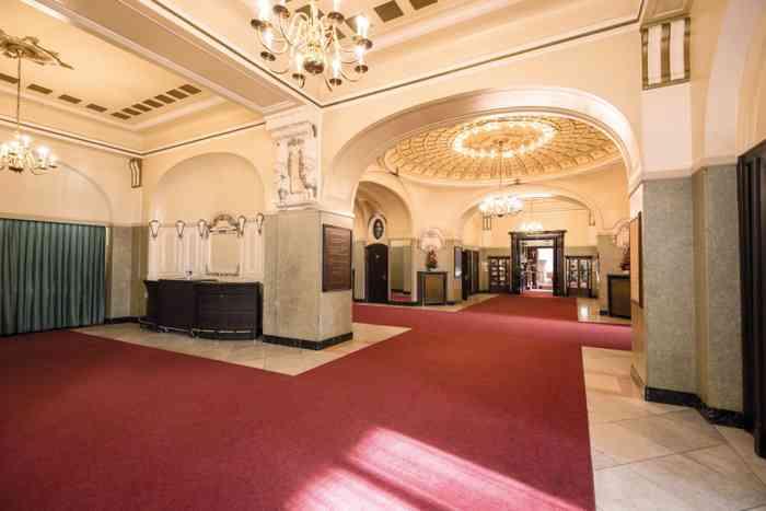 Das großzügige Foyer in den Mozartsälen. Eine aufbaubare Bar bietet die passenden Getränke für den Empfang der Gäste. Aufstellbare Stehtische bieten einen Rückzugspunkt bei Feiern.