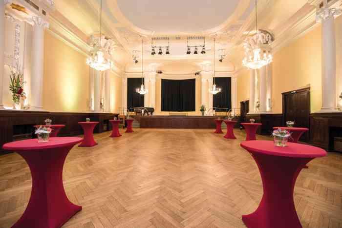 Einer der schönsten Ballsäle Hamburgs. Der große Mozartsaal kann durch eine Öffnung der Verbindungstür zum Kleinen Mozartsaal  erweitert werden. Die Fläche des Großen Mozartsaals beträgt 240 qm. Es stehen hier 400 Plätze an Tischen und bei Ball-Anordnung bis zu 380 Plätze zur Verfügung. Bei einer parlamentarischen Anordnung finden bis zu 200 Gäste Platz.