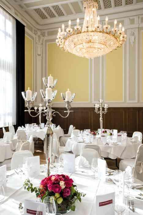 Kleiner Mozartsaal im Das Speisekabinett: Die Fläche beträgt 140 qm. An Tischen finden bis zu 90 Personen Platz. Bei einer Ball-Anordnung stehen 60 Plätze und bei einer Parlamentarisch-Anordnung bis zu 70 Plätze zur Verfügung.