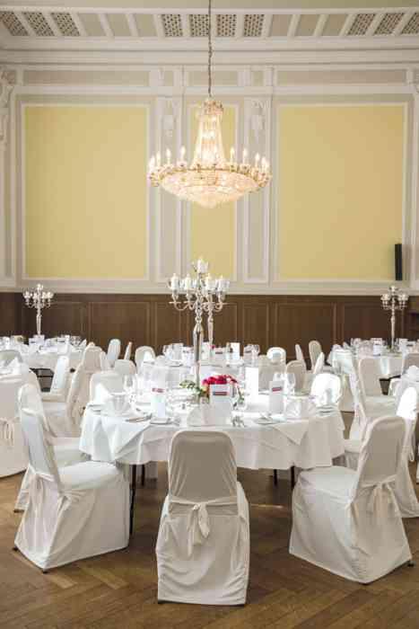 Der Kleine Mozartsaal mit der großen Fensterfront, der beeindruckenden Raumhöhe, dem funkelnden Kronleuchter ist wie geschaffen für eine Traumhochzeit.