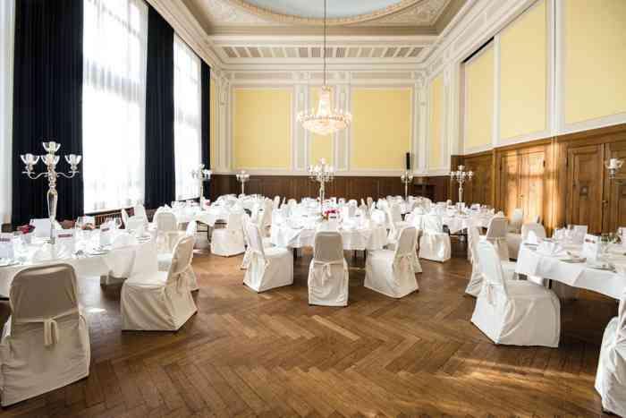 Der kleine Mozartsaal kann mit dem großen Mozartsaal zusammengelegt werden und bietet so eine Gesamtfläche von 380 qm.