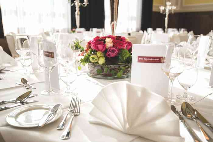 Das Team von Das Speisekabinett erstellt für die Brautpaare individuelle Menüs und entsprechende Menükarten. Festlich eingedeckte und dekorierte Tische für eine stilvolle Hochzeitsfeier sind hier selbstverständlich.